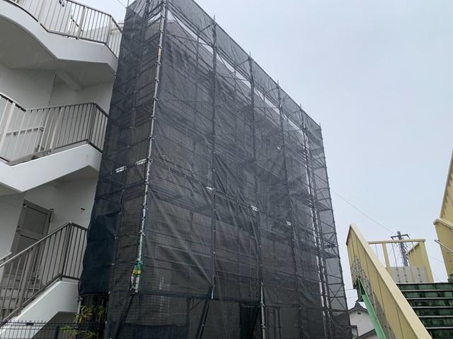 藤沢市亀井野にて足場工事